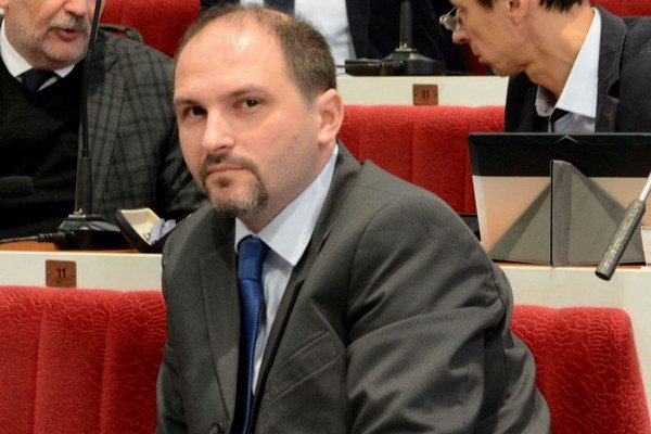 Jaroslav Polaček. Nezávislý poslanec vyzval kolegov, aby sa priznali, že majú parkovacie karty bezplatne.