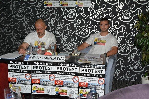 Aktivisti. Ladislav Strojný aHenrich Burdiga (vľavo).