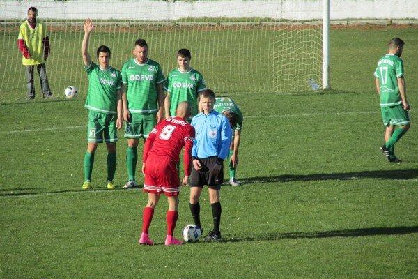 Futbalisti ŠK Odeva Lipany (v zelenom). Po desaťročí si znova zahrajú vdruhej lige.