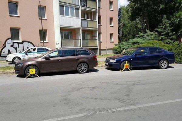 """Už sa """"papučkuje"""". Toto sa dialo v utorok napríklad na Vojenskej ulici pred odbočkou na Karpatskú."""