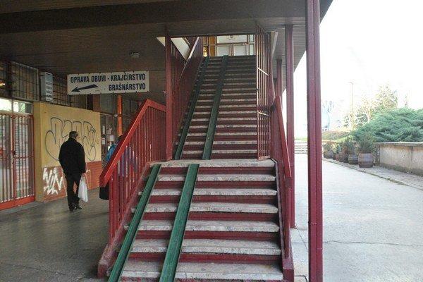 Vysoké schody. Niektorým bránia dostať sa do centra.