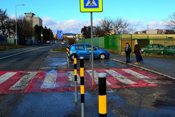 Stĺpiky pred školou. Rozhľad na cestu sa zlepšil.