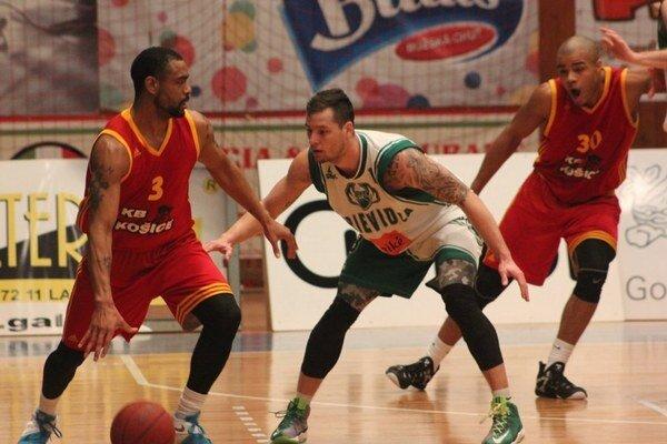 Košičania na vicemajstra nestačili. Basketbalisti KB Košice (pri lopte Edwards) si zápas prehrali už v prvom polčase, keď im nefungovala obrana.