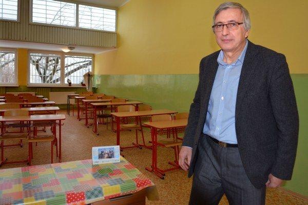 V prázdnej triede. Riaditeľ Gymnázia Trebišovská Ján Buday má plán na tri dni.