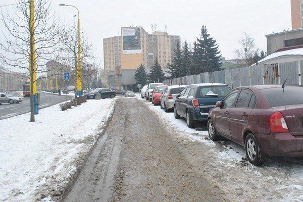V okolí hlava–nehlava. Chodník alebo parkovisko?