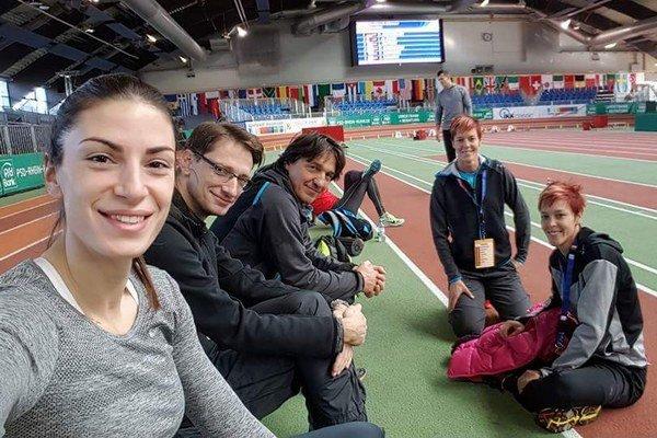 Pred mítingom v Düsseldorfe. Prvá sprava Dana Velďáková, vedľa nej Jana, v strede je tréner Dubovský a vľavo srbská diaľkarka Ivana Španovičová.