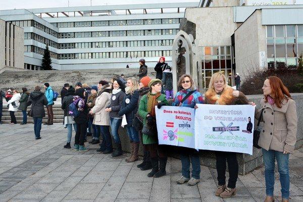 Štrajk učiteľov SŠ. Plynulo naň nadväzuje štrajk ich kolegov z VŠ.
