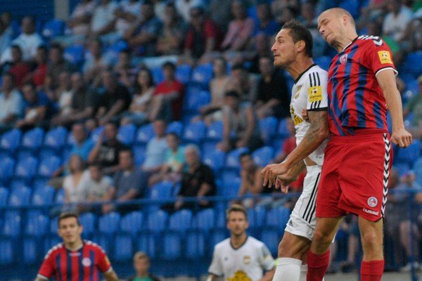 Pavol Jurčo (vpravo). V staronovom drese sa uviedol gólom z jedenástky.