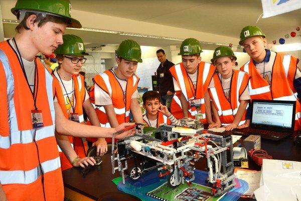 "Tím TalentUm. Chlapci vytvorili stroj na ""pučenie"" PET fliaš."