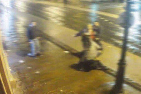Maroš Paška (v červenej mikine) bije na ulici mladú ženu.