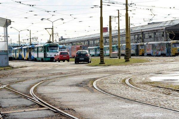 Areál na Bardejovskej. Doteraz si ho DPMK od mesta v prenajímal. Má sa stať už jeho majetkom.