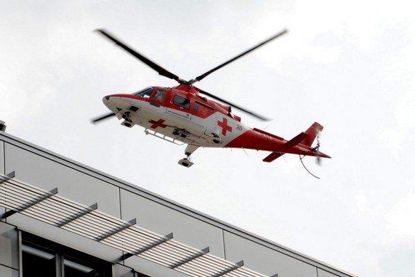 Leteckí záchranári. Z Popradu neleteli pre zlé počasie. Vyrazili z Košíc.
