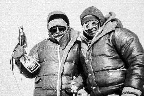 Jozef Psotka (vpravo) na vrchole Mt. Everestu so Zoltánom Demjánom.