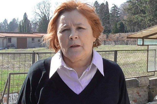 Jolana Köverová. Jej dom susedí s pozemkom (v pozadí), kde má vyrásť dom smútku. Odmieta byť súčasťou každého obradu.