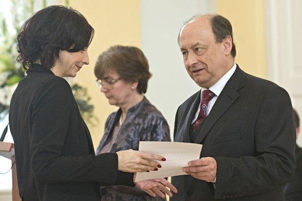 Alena Bašistová pri preberaní osvedčenia o zvolení za poslanca NR SR.