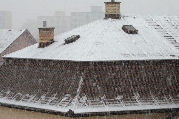 Perinbaba v Košiciach. Chýbala nám takmer po celú zimu, na košické strechy včera nadelila 2 cm snehu.