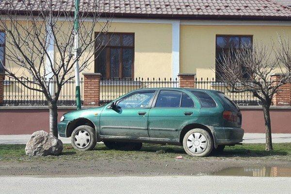 Zaparkované. Trafil stĺp a ušiel.