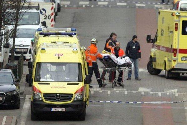 Na snímke záchranári evakuujú zranenú osobu po výbuchu v stanici metra v Bruseli.