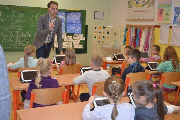 Martin Fazekaš – učiteľ, ktorý svoju prácu miluje. V škole sa snažíme vytvoriť príjemnú, domácu atmosféru.