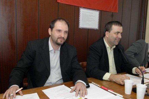 Opäť vzájomné invektívy. Poslanec Polaček (vľavo) a starosta Gaj sa na zastupiteľstve nevedeli zhodnúť, kto z nich je väčšia nula.