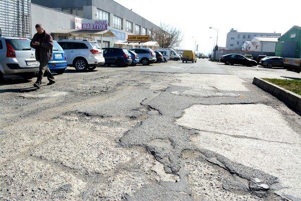 Poškodená cesta na Rozvojovej. Vodiči tam musia jazdiť opatrne a dávať pozor na diery.