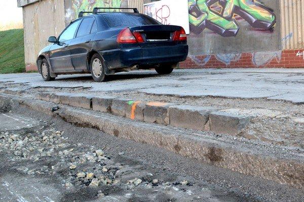 Tento vodič mal šťastie. Jemu cestári nechali miesto na pohodlný únik z vyfrézovanej pasce (vľavo).