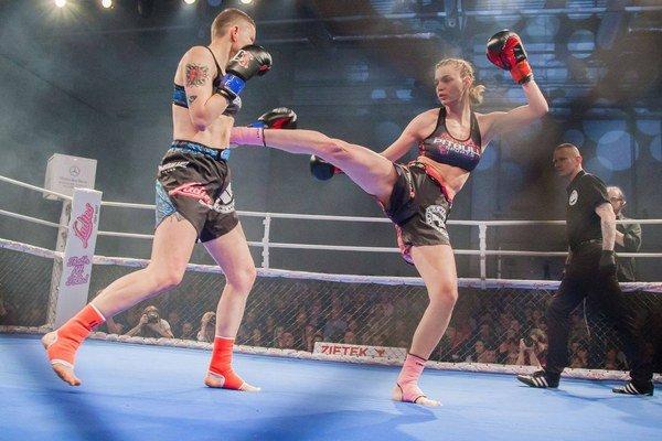 Vringu vLodži. Lucia Cmárová (vpravo) využívala proti Poľke svoje dlhé nohy.