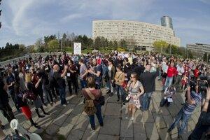 Pochod slovenských učiteľov sa uskutočnil dnes aj pri Úrade vlády SR v Bratislave.