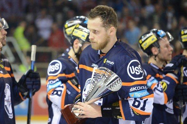 Kapitán HC Košice Marek Bartánus s trofejou pre víťaza základnej časti po vyradení v šiestom zápase.