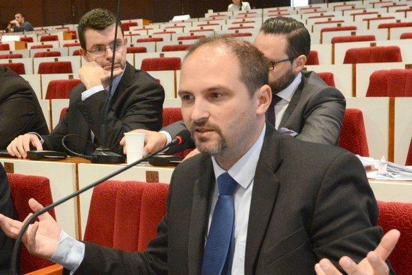Jaroslav Polaček. Neprešiel mu ani jediný pozmeňovací návrh.
