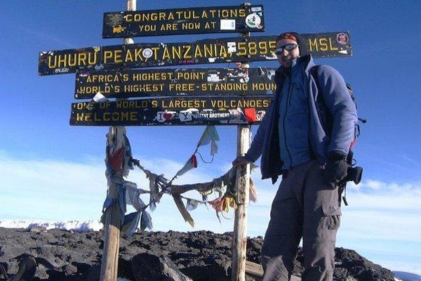 Na Kilimandžáre. Vystúpil aj na najvyšší vrch Afriky.
