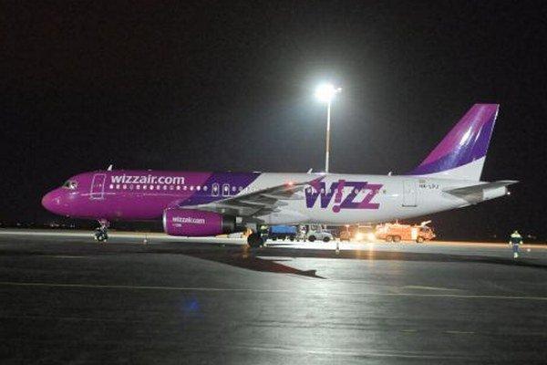 Lietadlo tesne po pristátí počas slávnostného otvorenia nového leteckého spojenia Košice - Bristol.