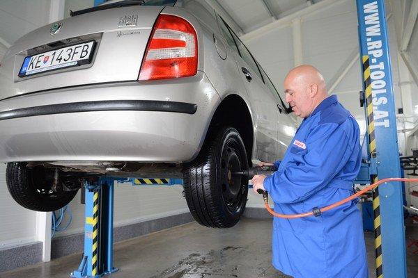 Košické pneuservisy. Ich pracovníci sa včera kvôli náporu vodičov nezastavili.