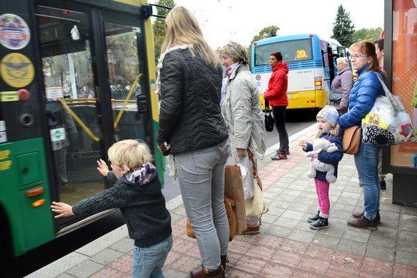 Cestovanie s ratolesťami. Pre rodičov to býva neraz stres.