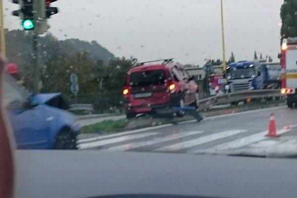 Nehoda na Južnom nábreží. Taktiež spomalila premávku, zrazili sa dve autá.