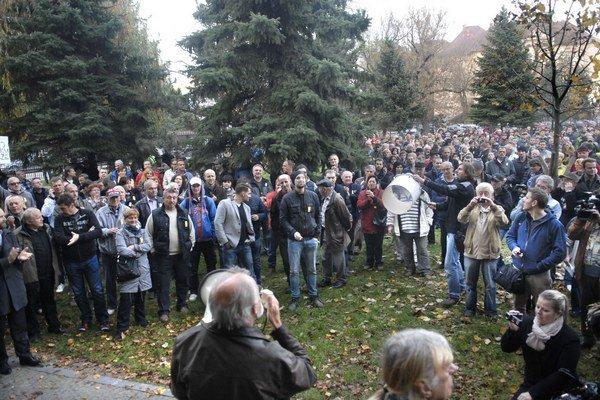 """Protest v mestskom parku. Ľudia skandovali heslá: """"Paška odstúp"""", """"Dosť bolo Pašku, nechceme frašku""""."""