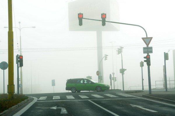 Hmla. Vodiči mali problém sa za zníženej viditeľnosti orientovať.