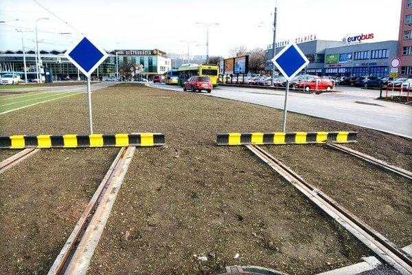 Zaslepené koľajnice pri stanici. Prepojenie so železničnou traťou medzi budovami železničnej a autobusovej stanice odložili. Vyzerá to tak, že navždy.