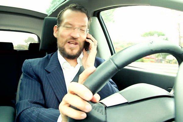 Ak vás polícia prichytí telefonovať za volantom, pokuta vás neminie.