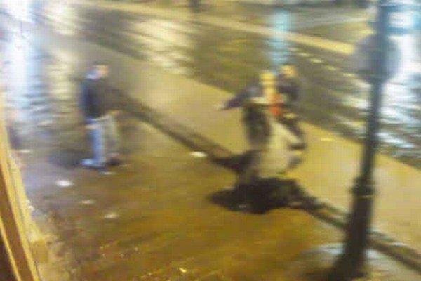 Známe video. Maroš Paška (v červenej mikine) dáva dievčaťu facku.