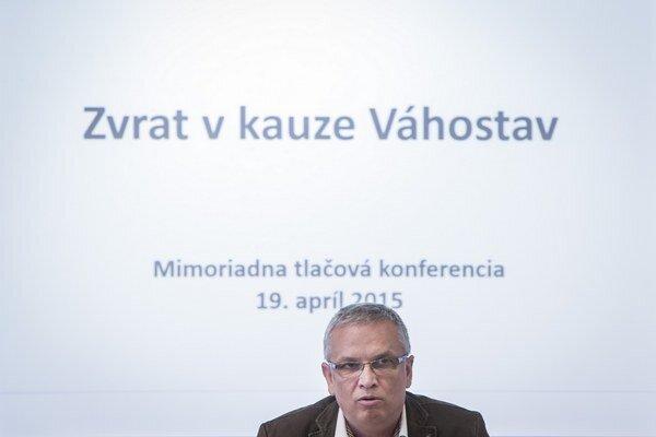 Marián Moravčík je krízový manažér, do Váhostavu nastúpil v októbri 2014. V minulosti zastupoval schránku, ktorá je teraz vplyvným veriteľom Váhostavu.