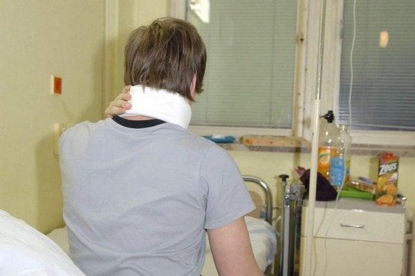 Ladislav v nemocnici. Okrem iného mal bolesti v krku.