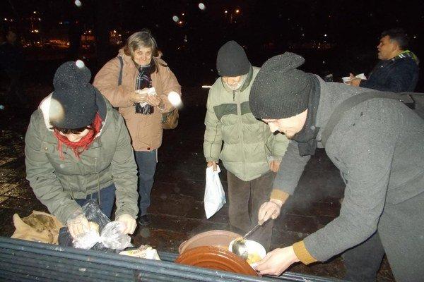 Rozdávajú teplú polievku. Každú druhú nedeľu o 16.00 pri stanici pomáhajú bezdomovcom.