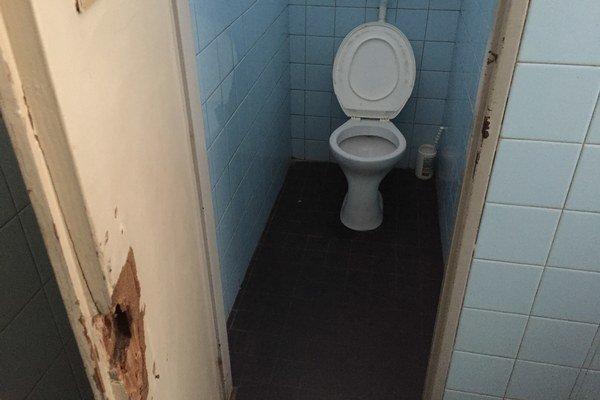 WC na poliklinike. Bežne nie sú verejnosti dostupné, hovorí nemocnica.