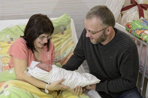 Zľava: Matka Etela Kondášová, malý Samuel Kondáš a otec Peter Kondáš počas fototermínu a privítania prvého tohtoročného Košičana v súkromnej Nemocnici Košice – Šaca.