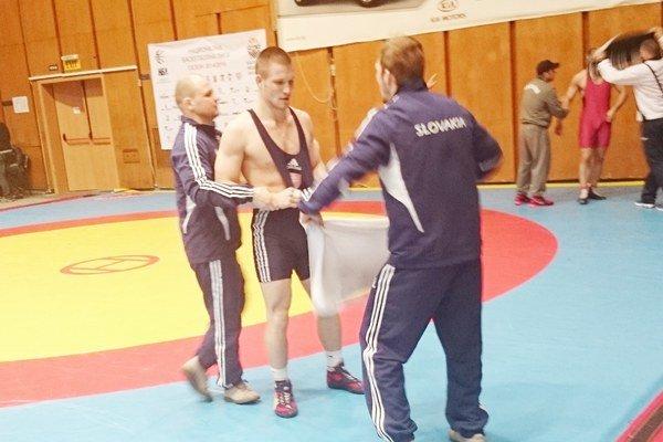 Košický zápasník Michael Bodnár v opatere trénerov.
