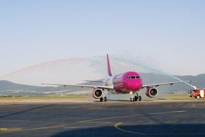 Airbus A320 do Bergama. Pokrstili ho slávnostnou vodnou bránou v ružovo-modrých farbách Wizz Airu.