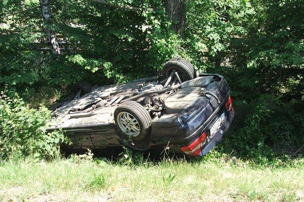 Prevrátené BMW. Pasažieri utrpeli ľahšie zranenia.