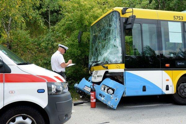Osudná zrážka. Kamerový záznam z autobusu poskytol DPMK ihneď po nehode. Polícia ho analyzuje.
