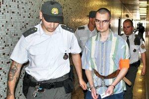 Ladislav Kuc. Eskorta ho privádza na súd.